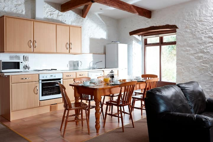 Large 3 bedroom cottage, shared indoor pool