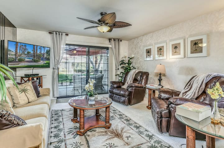 Elegant condo w/ modern finishes, access to shared pool/hot tub, great location!