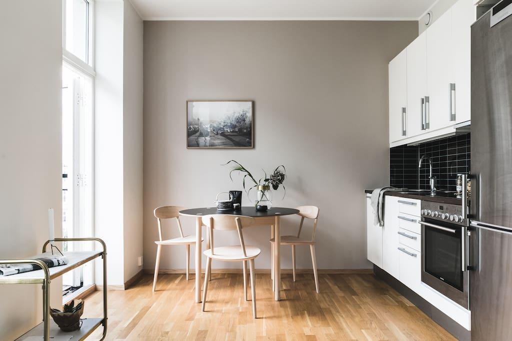 Kjøkken delen med utgang til balkong (møblene avviker fra slik den er møblert i dag)