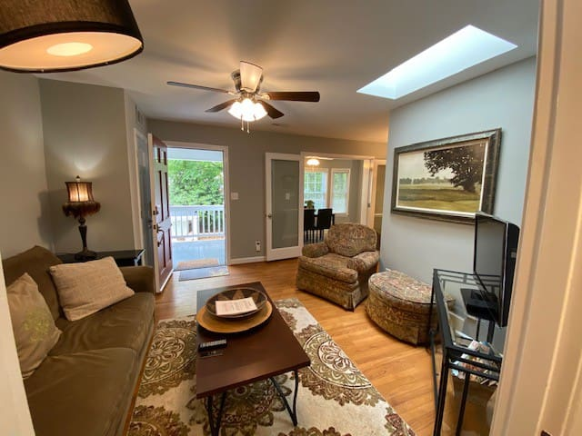 Cute and Sparkling Clean Condo Close to Downtown
