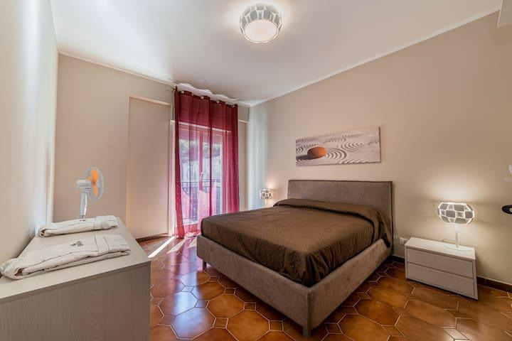 Ampia camera da letto matrimoniale con chiave, materasso e cuscini memory, ventilatore  ,grande guardaroba, possibilità di inserire culla e/ o pouf letto aggiuntivi