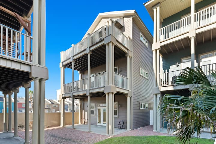 Ground floor studio w/shared pool, central AC - short walk to the beach! Dogs ok