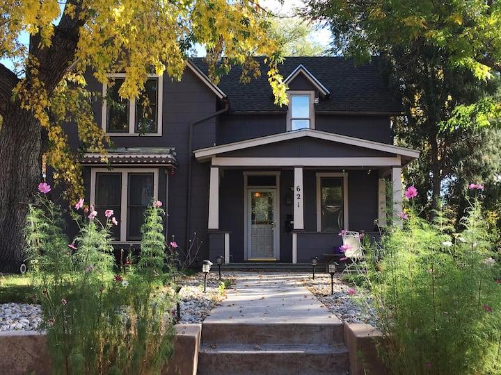 The Vintage Inn Upstairs: cozy, walkable, downtown