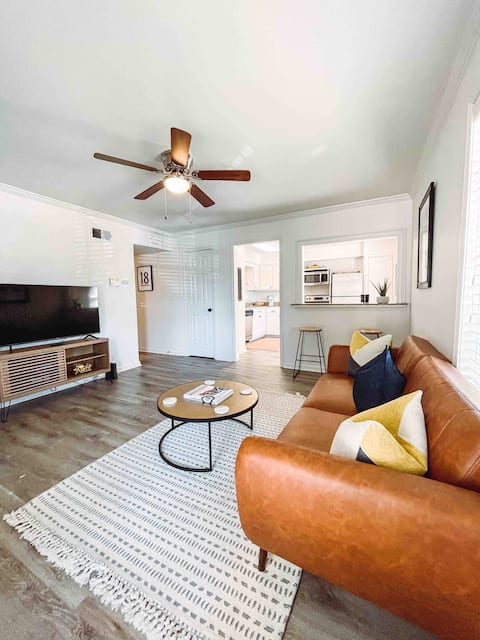 Newly renovated 3- bedroom condo 1 mile to square!