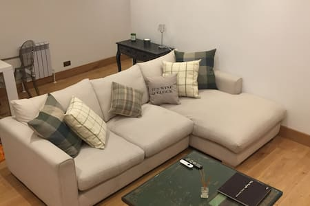 Large one bedroom apartment with patio - 마게이트(Margate)
