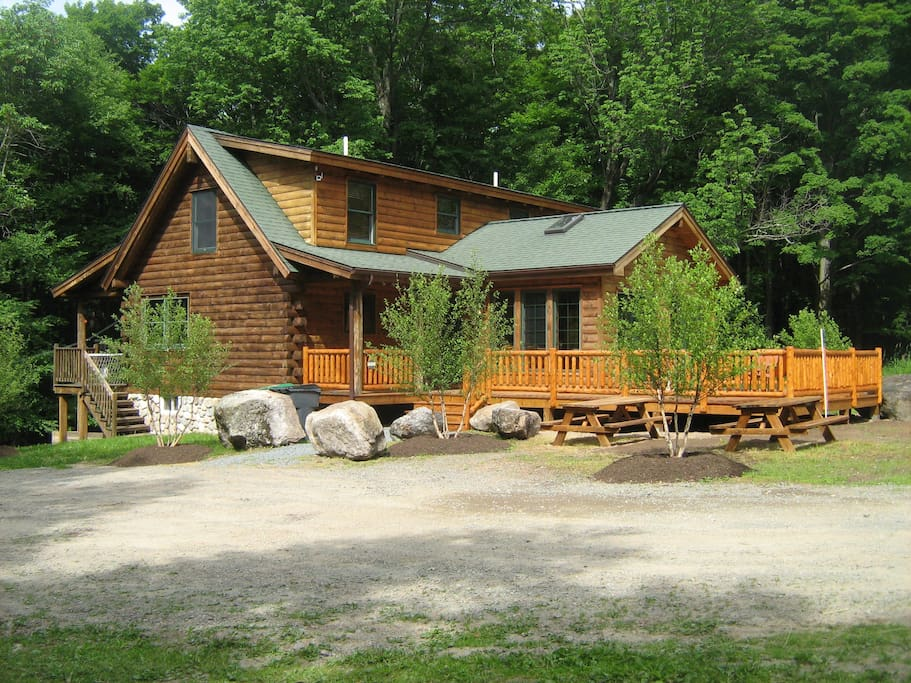 Beautiful Log home with spacious deck and natural landscaping