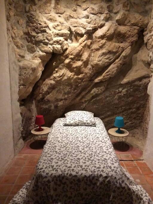 Deux lits simples dans une chambre troglodyte