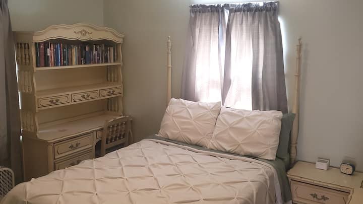 Private bedroom w/full bed in Northern Cincinnati