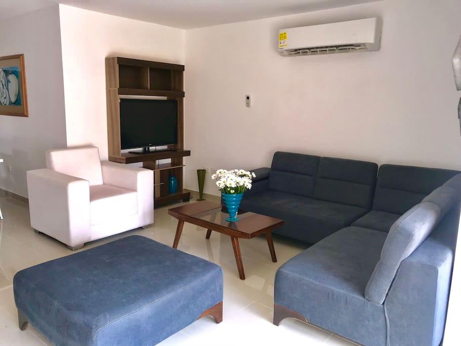 Sala amplia, con aire acondicionado, televisor y muy cómoda.