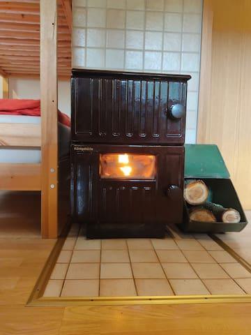 Kamin in der Hütte für Wintertage  Fireplace inside the cottage for winter days  Chimenea dentro de la casita para los días de invierno.