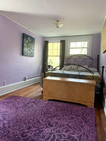 Spacious Lavender Getaway, Close to Colleges