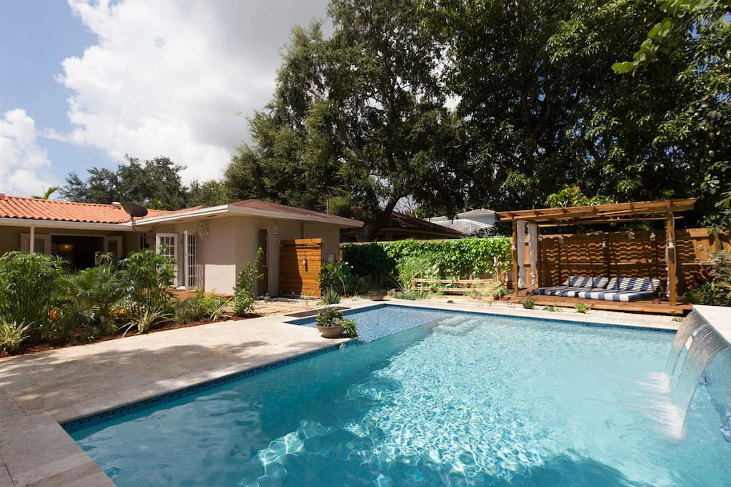 Modernes zimmer mit bad pool in zentral miami h user zur for Modernes haus florida
