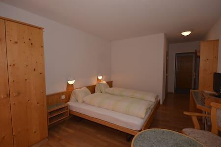 Doppelbett Zimmer mit Zusatzbett - Filisur - Apartamento