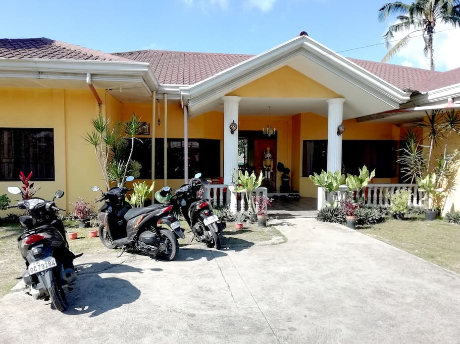 The Yellow House, Tagbilaran City. Deluxe Room with Queen Sized Bed og pool