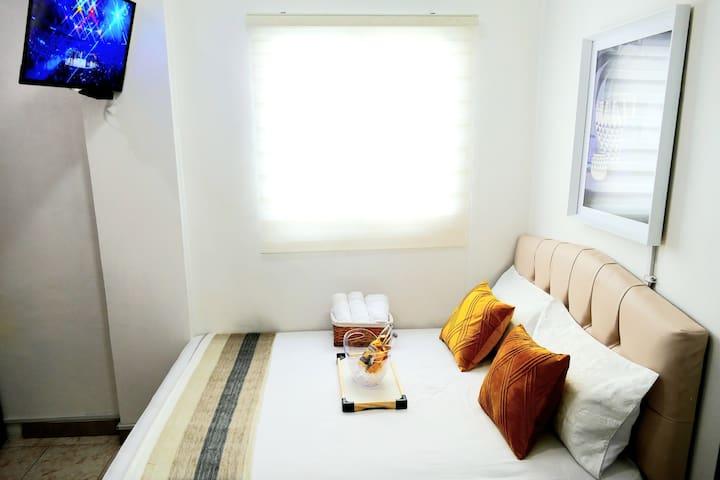 """Habitación #2. Cama Matrimonial, TV 32"""" Cable Claro, ventana, closet, Cocina Personal, Baño Privado."""