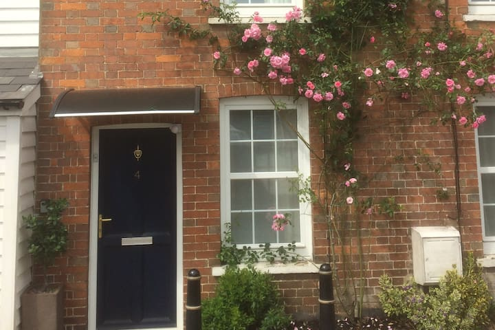 Beautiful Cottage-Sleeps 4 - Luxury and Value!