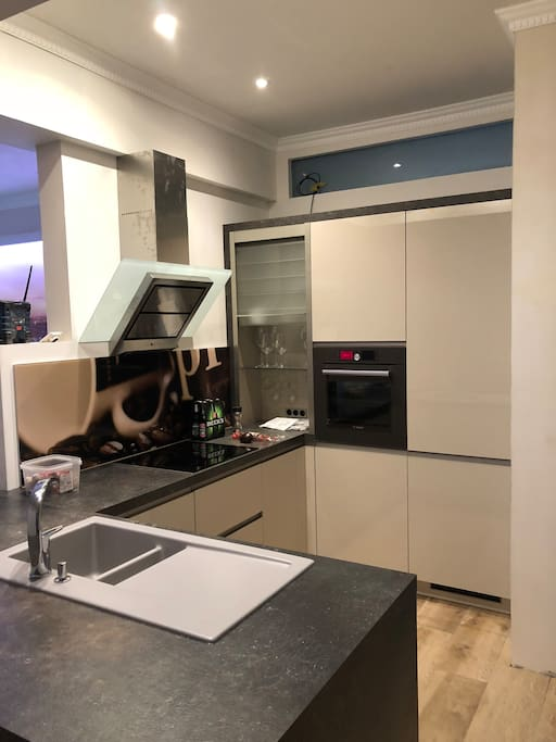 Die Musterküche mit Geschirrspüler und Ofen sowie einen großen Kühlschrank