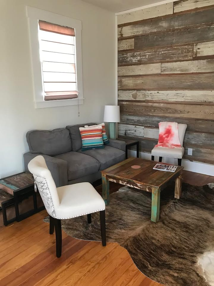 Downtown Studio 3, walk to shops, private hot tub!