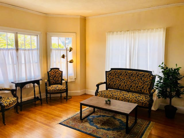 Large Sunny Apartment in Oakland