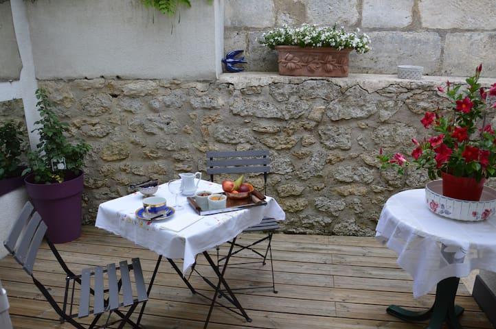 Chambre privée avec petit déj en terrasse