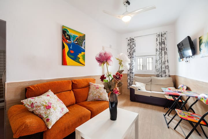 Charming Apartment in Central Location Close to Beach; Pets Allowed