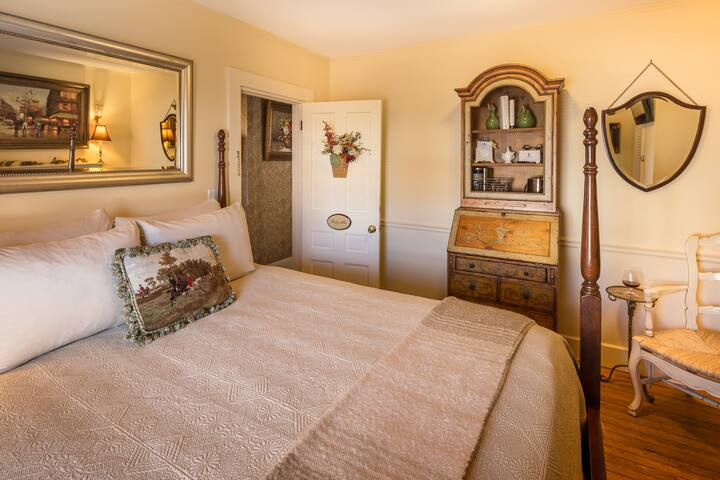 Cozy Room at Elegant B&B in the Heart of Camden Maine