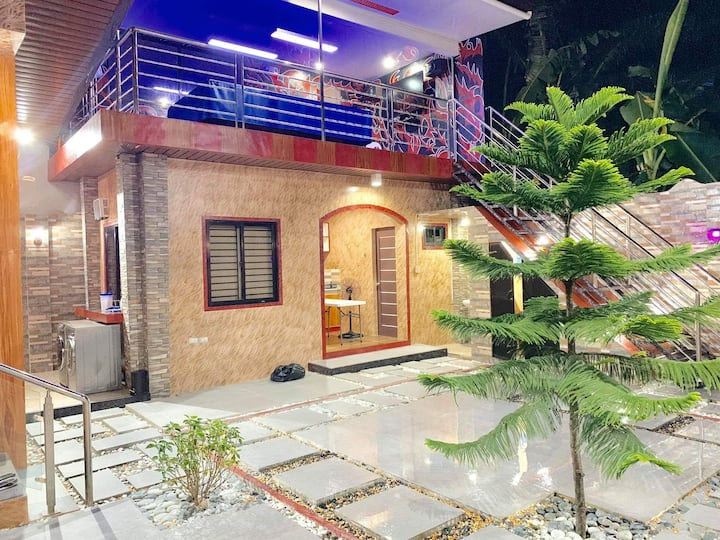 Guesthouse in SNZ with lap pool and billiard