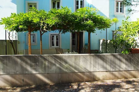 A home with garden near airport and train station - Lisboa