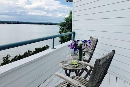 Blue Buffalo B&B waterfront home on Lake Travis - オースティン