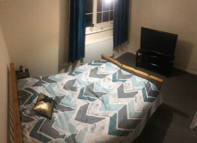 Bright spacious room minutes away from CityAirport