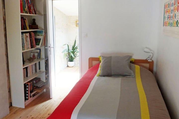 Chambre lit largeur 100, avec bureau/chaise et commode