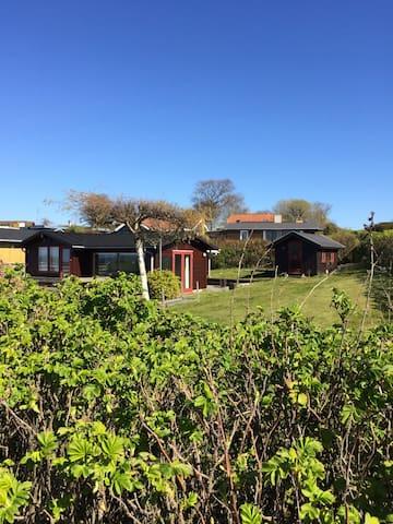 Lille hus med flot udsigt og 100 m til badevand