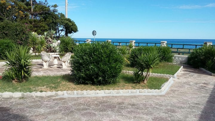 Splendida villetta sul mare con giardino Salento