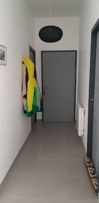 Le couloir d'entrée avec le garage à droite