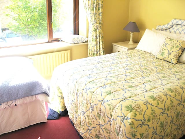 Malahide, double room sleeps 3, 7 mins train & bus