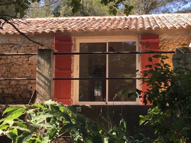T2 independant dans grand domaine Provençale