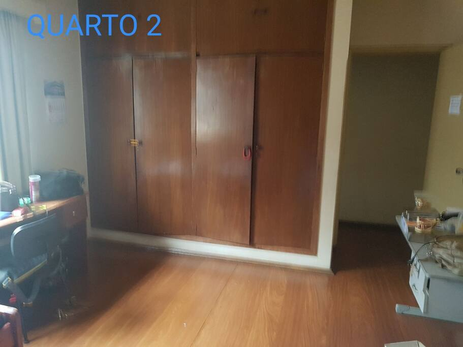 Quarto 2 - Possui 2 camas de solteiro, 2 escrivaninhas, 1 armário embutido de 4 portas, 1 espelho e 1 gaveteiro. Obs.: o quarto estava ocupado no momento da foto. Por isso os itens pessoais.