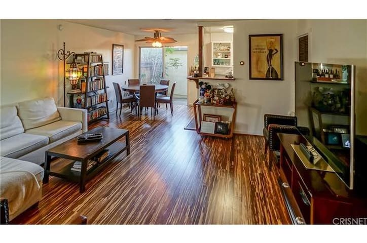 Studio City Duplex walk to Universal Studios!