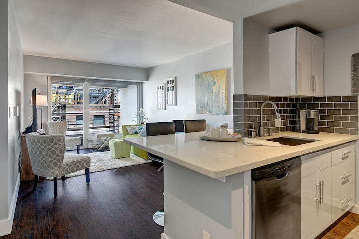 Downtown condo w/views & parking @ Pike Place