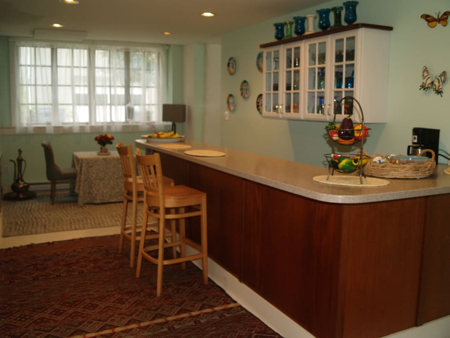 Kitchen/Bar & Dining area