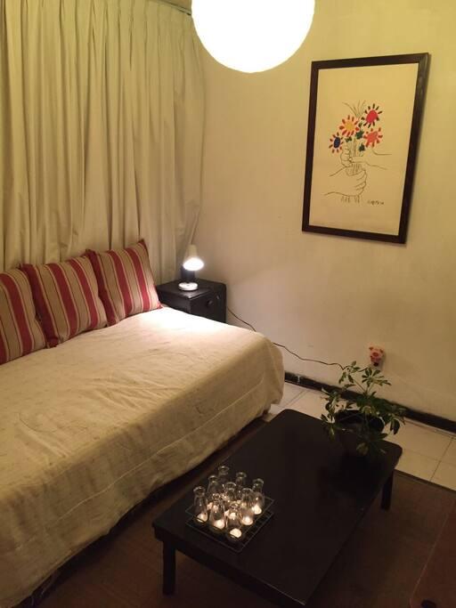 Bedroom/Studio with individual bed.