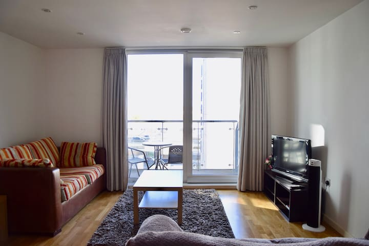 Modern and Cozy Apartment in West London/Parking