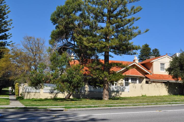 Cottesloe Beach spacious well equiped holiday home - Cottesloe - House