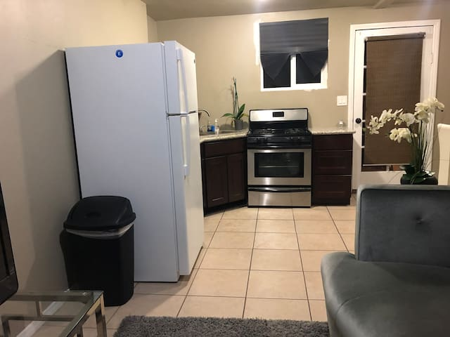 Clean and Comfy Private 1bd Guesthouse with AC