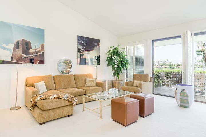 Rancho Mirage Gated: 2BR/ 2BA Condo w courtyard  Jacuzzi