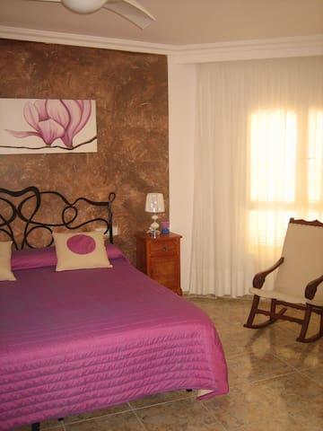 dormitorio principal con colcha de primavera.