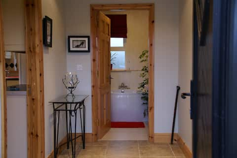 Comfortable, Bright, Own Entrance, Cozy Cottage