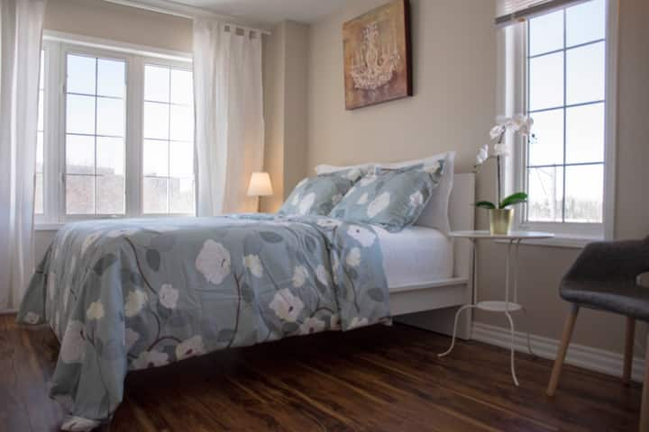 Cozy sunny room close to York University subway