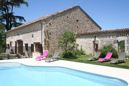 GIte Gardes - great views and private heated pool - Monflanquin - Casa
