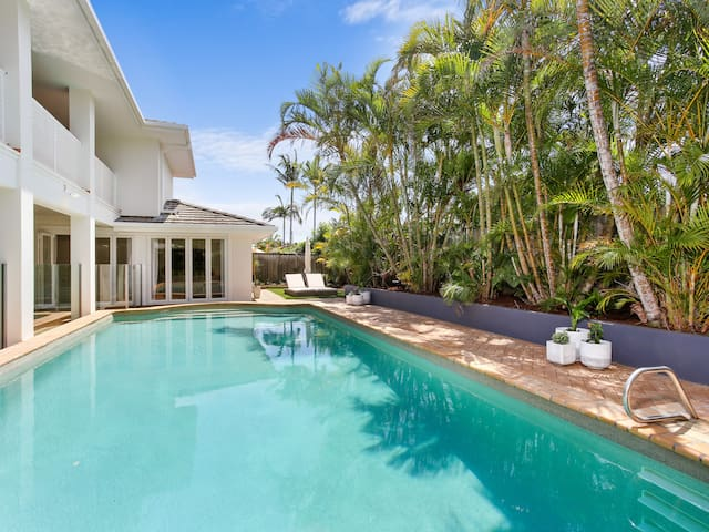 Luxury Holiday Home - stroll to beach & James St